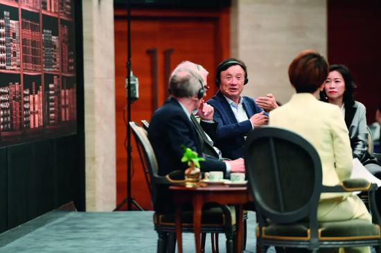 """2019年6月17日,华为公司首创人、CEO任正非(左二)与美国粹者内格罗蓬特(左一)在深圳总部就""""手艺、市场和企业""""主题举行对话。任正非称,只有环球化互助才气让更多人享受科技功效。图/新华"""
