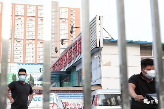 △6月20日,西城區樂城社區,隔著小區欄桿可以看到天陶紅蓮菜市場。