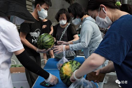 △6月20日,小區日用品臨時售賣區,居民購買蔬菜水果。