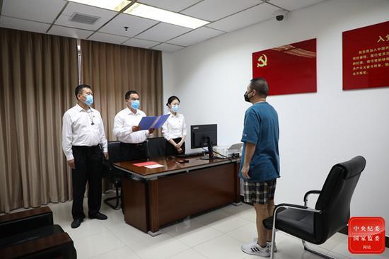"""""""红通人员""""海涛回国投案"""