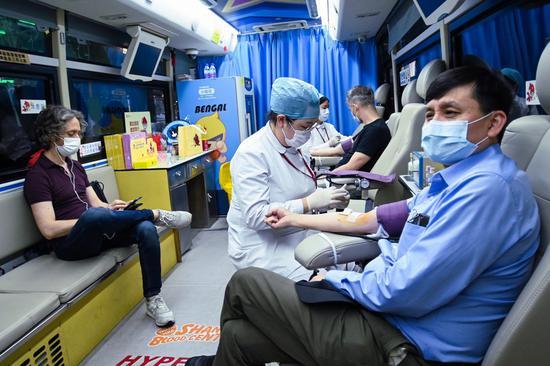 张文宏无偿献血。