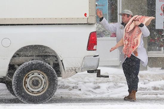 2019年2月12日,加拿大多伦多,一名屠夫转运猪肉。
