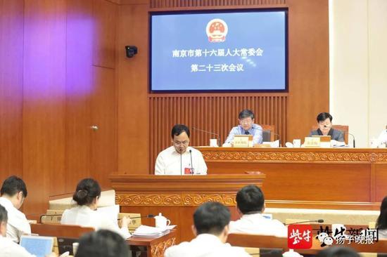 在南京市人大常委会第二十三次集会上,市人大常委会法工委主任夏德智作关于《南京市生涯垃圾管理条例(草案)》审议效果的讲述。肖日东 摄