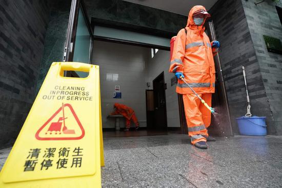 7月3日,西城环卫职工在后红井公厕举行消杀功课