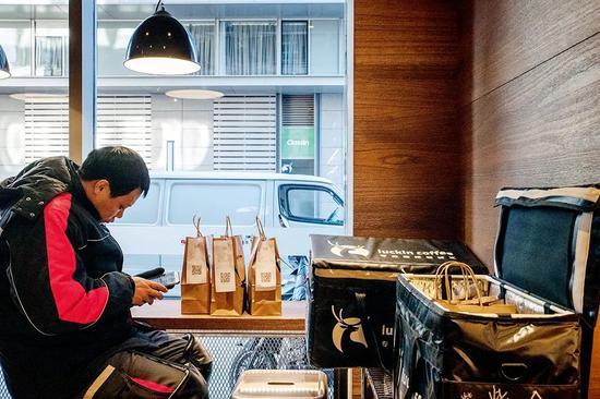 外卖是瑞幸咖啡的卖点之一。图/视觉中国