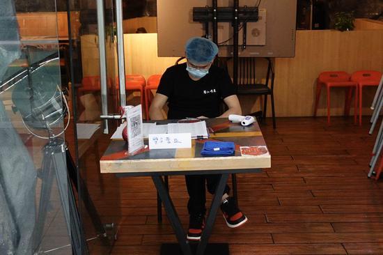 7月9日,石景山万达广场内的多家餐饮店铺仍处于停息营业的状况。新京报记者 李凯祥 摄