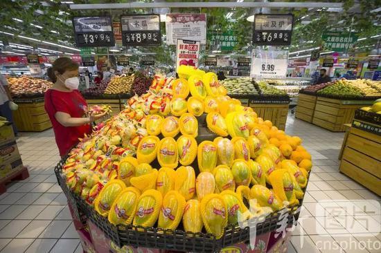 △7月9日,山西省太原市一超市,消费者在选购水果。中新社记者 张云 摄