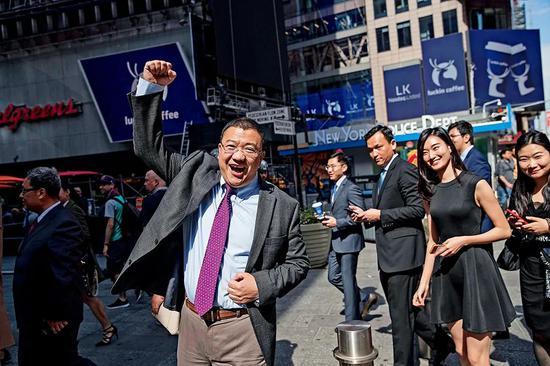 2019年5月17日,瑞幸咖啡董事长及创始人陆正耀庆祝瑞幸咖啡在美国纳斯达克上市。图/视觉中国