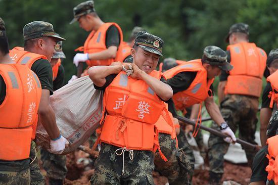 武警江西总队官兵奋战昌江圩:加固堤坝 随时处置险情