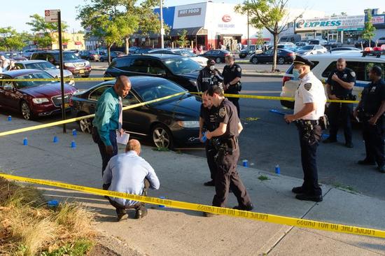 当地时间7月13日,警方在布鲁克林罗克威公园大道的一起多人枪击现场进行调查。(图源:纽约日报)