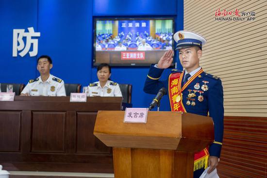 海南消防员头挡3刀救下孩子 被授予海南青年五四奖章图片