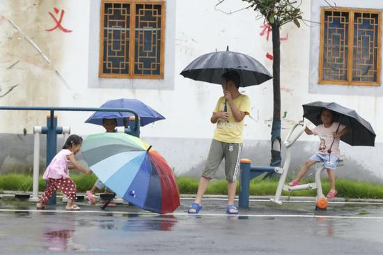 △图为郎楼庄台,孩子在雨中游玩。朱立新摄