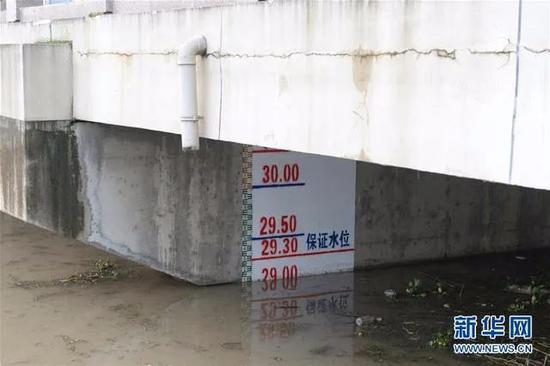 淮河王家坝水文站四周配置的水位标尺(7月19日摄)。停止7月19日19时,淮河王家坝站水位涨至29.09米,跨越警戒水位1.59米。图/新华网