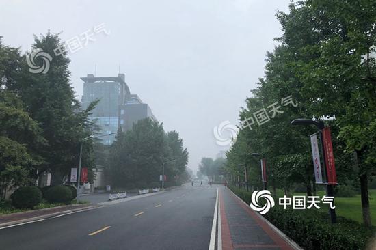 今天早晨,北京海淀区有雾,能见度有所下降。