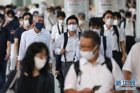 ▲7月31日,在日本东京,人们戴口罩出行。(新华社记者 杜潇逸 摄)