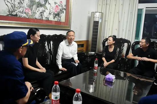 陈陆牺牲后,应急管理部党委书记黄明专门到其家中表达沉痛哀思