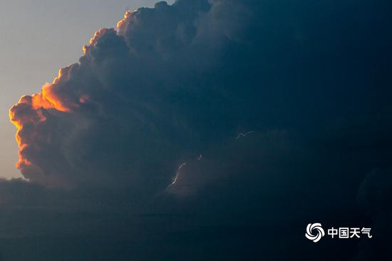 北京多区发布雷电预警 闪电照亮夜空(图)