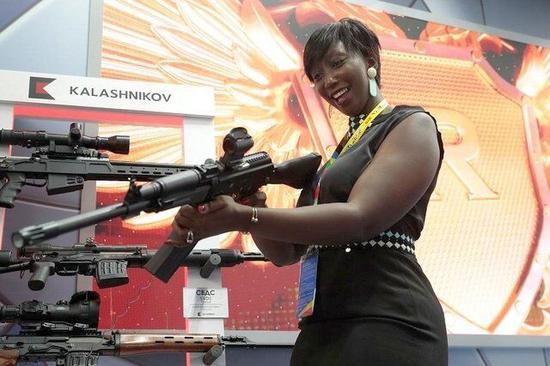 图说:一名非洲国家的代表在峰会外场查看俄罗斯武器
