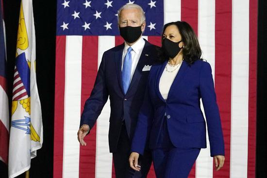 拜登首度携哈里斯亮相 双双佩戴口罩保持社交距离