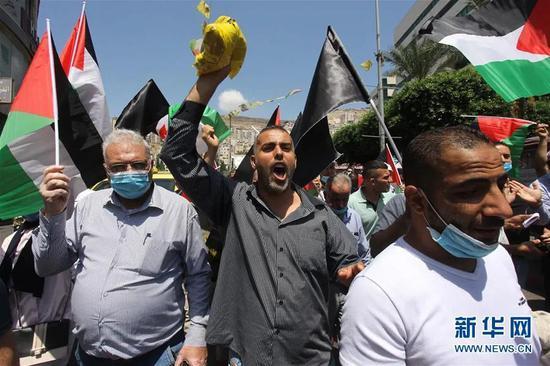 ▲8月14日,巴勒斯坦人在约旦河西岸城市纳布卢斯抗议以色列与阿联酋达成的和平协议。新华社发(尼达勒 摄)