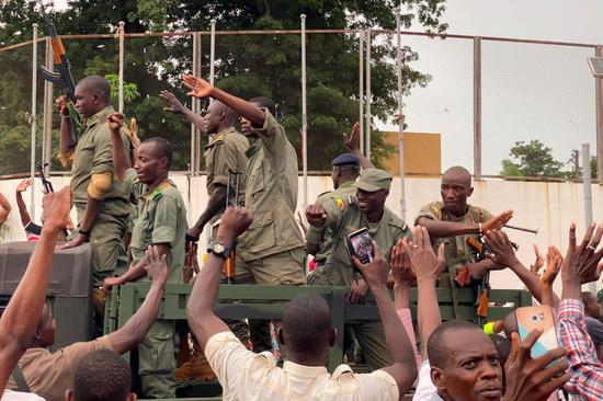 8月18日,马里士兵抵达首都巴马科的独立广场。新华社/法新
