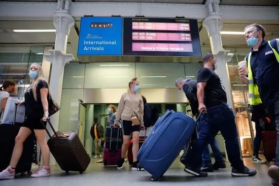 ▲大批旅客14日从巴黎乘欧洲之星列车匆忙返回伦敦。(法新社)