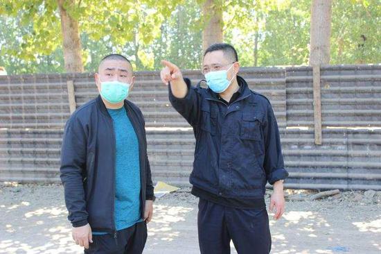 顺义分局民警在王某海等人非法设置的黑填埋场现场指挥抓捕工作