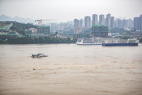 """8月20日,""""长江2020年第5号洪水""""洪峰通过重庆寸滩,一艘水文测量船在对洪水进行监测。新华社 图"""