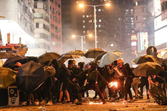 去年,黑衣暴徒向警方扔汽油弹。(资料图)