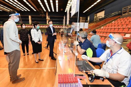 9月1日,林郑月娥视察检测场所。图源:香港特区政府新闻处