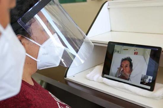 ▲8月17日,在墨西哥墨西哥州的一家医院,病患家属与新冠患者视频通话。(新华社发)