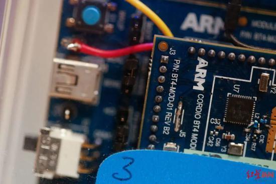 ▲智能停车收费器上的ARM标志,图据wsj