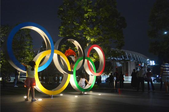 夜色中的东京奥运会主场馆(朝日新闻)