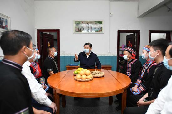 9月16日至18日,中共中央总书记、國度主席、中央军委主席习近平在湖南观察。这是16日下昼,在郴州市汝城县文明瑶族乡沙洲瑶族村,习近平同村民朱小红壹家拉家常。
