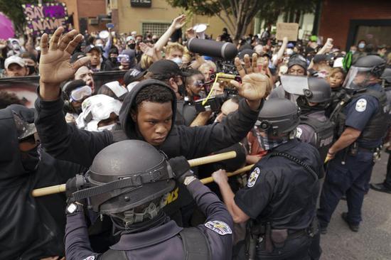 美国这地抗议者与警方暴发冲突 一警员遭枪击