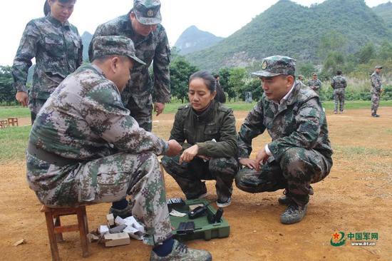 赵丽参加军事日活动,练习枪械分解结合。图片来源:中国军网