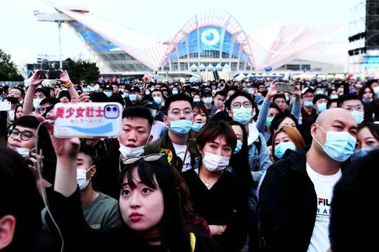 (10月2日,2020青岛凤凰音乐节在青岛市西海岸新区金沙岸啤酒城启幕,为期两天。)