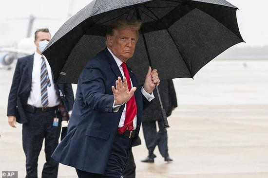 特朗普确诊新冠后出席集会 不戴口罩登上空军一号