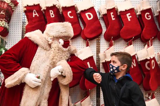 """为推广新冠疫苗 白宫计划让""""圣诞老人""""优先接种"""