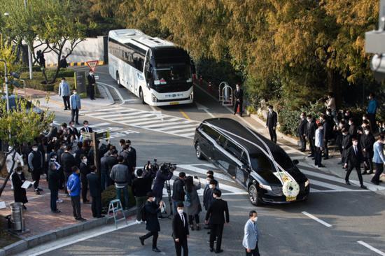 《【华宇在线娱乐】三星会长出殡现场:灵车驶过生前故地 大批员工送行》