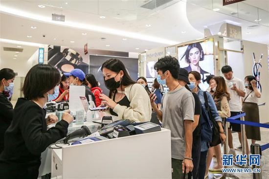 10月27日,消耗者在海南省海口市日月广场免税店选购商品。 记华社新者。 张丽芸 摄