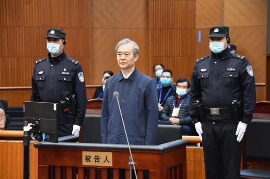 李谦(中)受审。图源:京法网事