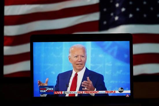 ▲民主党总统候选人、前美国副总统拜登在宾夕法尼亚州费城参加选民问答会的节目。(新华社记者 刘杰摄)