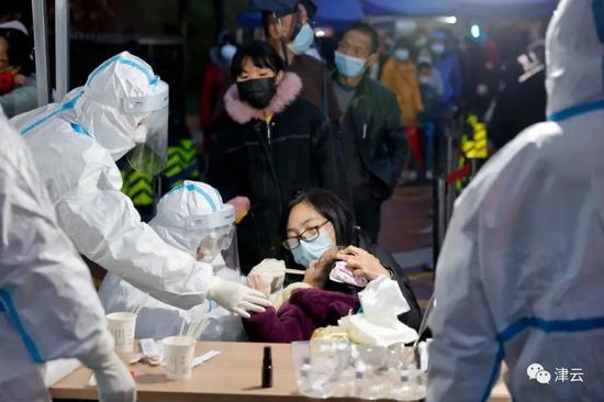医务人员正对当地市民进行核酸检测。图片来源:天津市卫健委微信公众号