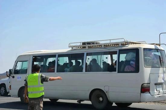 11月12日,撤离车辆行驶在埃塞俄比亚提格雷州至亚的斯亚贝巴的路上。新华社发(葛洲坝集团供图)
