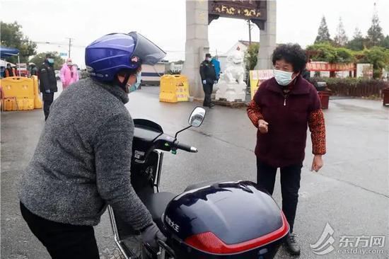 △杨阿姨(左)与妹妹团聚