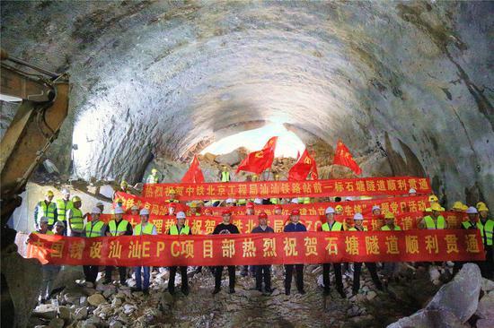 """""""在豆腐里打隧道""""!汕汕高铁全线首条隧道顺利贯通图片"""