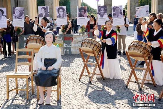 """2019年8月,在德的韩国和日本民间团体举行集会,敦促日本政府向""""慰安妇""""制度受害者道歉。中新社记者 彭大伟 摄"""