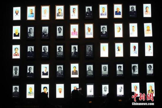 图为侵华日军南京大屠杀遇难同胞纪念馆幸存者照片墙。中新社记者 泱波 摄