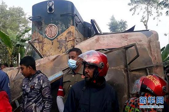 孟加拉国火车与客车相撞导致12人死亡